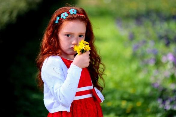 fetita cu flori galbene